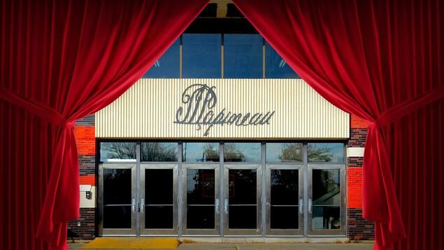 Des rideaux rouges qui s'ouvrent pour laisser voir la devanture de l'École secondaire Louis-Joseph-Papineau.