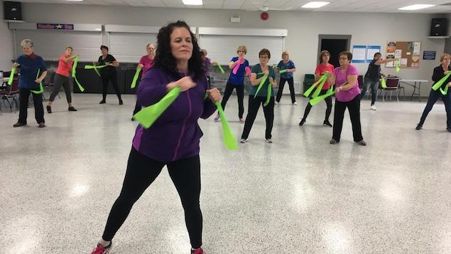 Groupe de femmes participant à une session d'activités physiques.
