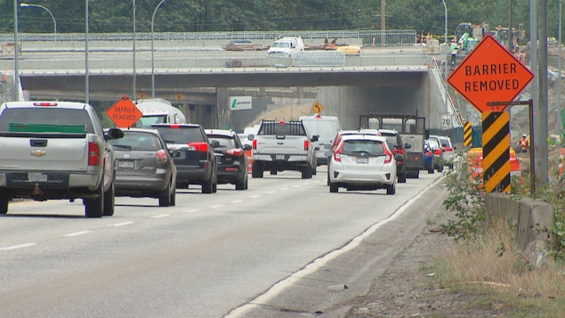 Une fil de voitures sur une route en travaux