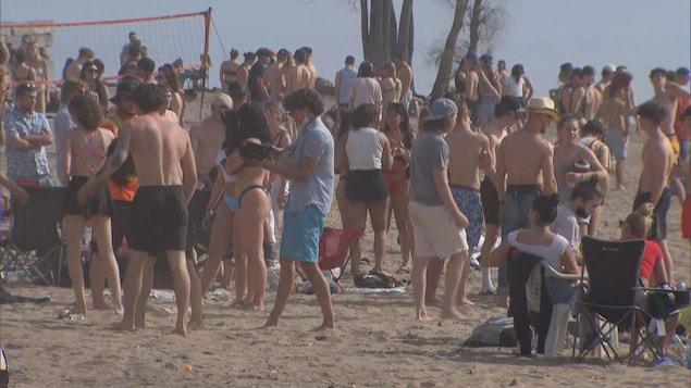 Plusieurs personnes étaient réunies sur la plage du parc des Cèdres, samedi.