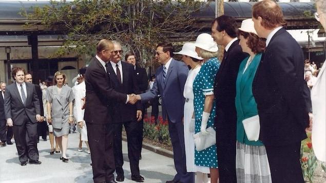 Photo d'archive. Le prince Philippe serre la main à des Sherbrookois.
