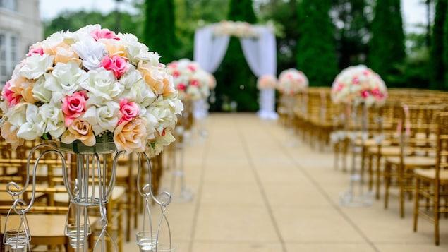 Une allée menant jusqu'à l'autel de mariage.