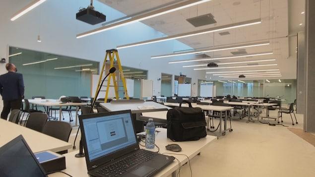 Une salle de classe vide d'étudiants.