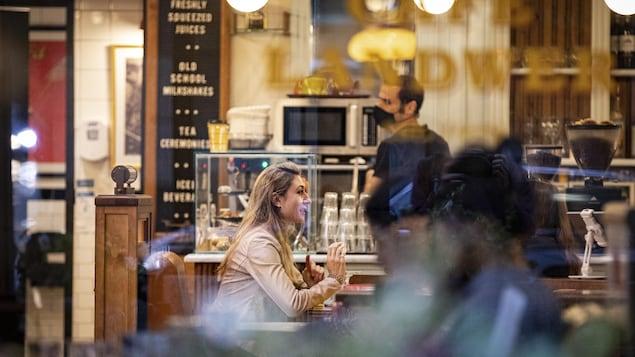 Des clients dans un café restaurant.