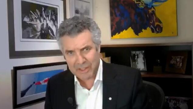 L'humoriste Rick Mercer dans une vidéo tournée chez lui.