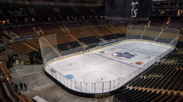 La patinoire de l'aréna Banque Scotia et les gradins qui l'entourent.