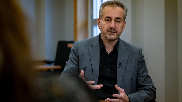 Le PDG du CIUSSS de l'Estrie - CHUS, le Dr Stéphane Tremblay en conversation avec la journaliste Marie-Eve Lacas.