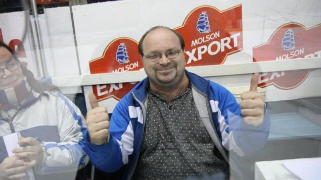 Steve Gosselin sourit lors d'un match sportif.