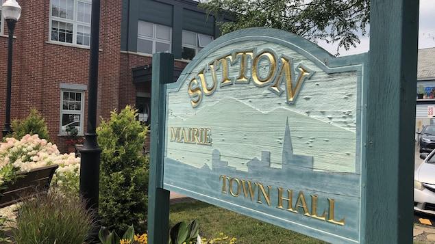Une affiche sur laquelle il est écrit « Sutton, mairie ».