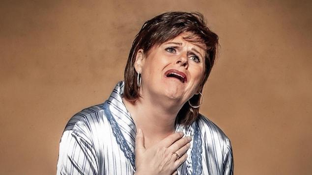 Une femme avec une expression de détresse.