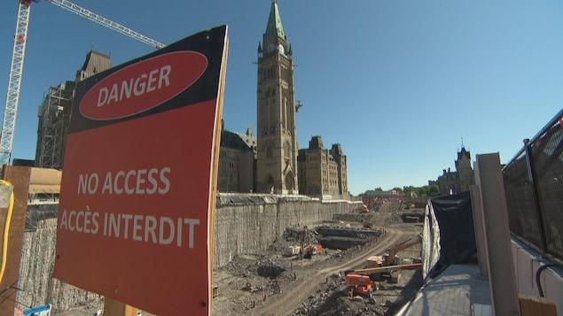 Vue sur les travaux devant le Parlement d'Ottawa.