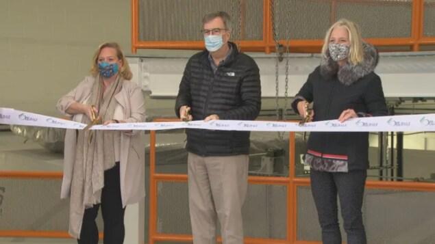 De gauche à droite, la députée de Nepean, Lisa Macleod, le maire d'Ottawa, Jim Watson et la ministre fédérale de l'Infrastructure et des Collectivités, Catherine McKenna.
