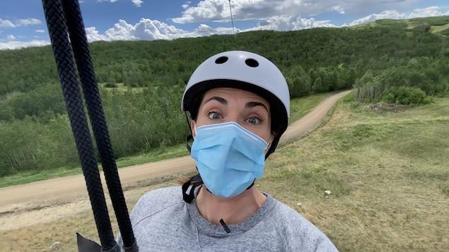 Une image de Nicole avec un masque sur la tyrolienne.