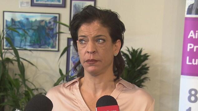Isabelle Simpson s'exprime avec émotion en conférence de presse.