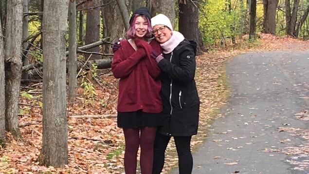 Nathalie Courcy et sa fille Alexane sur le bord d'une piste à l'automne.