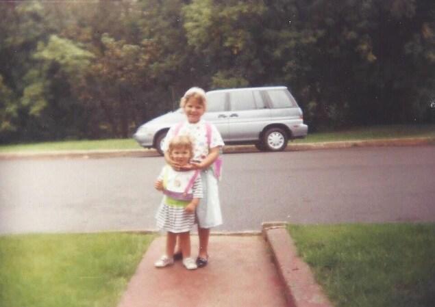 En 1993 à Beauport près de la ville de Québec. Audrey Paris, réalisatrice web à Radio-Canada, laissait sa petite sœur Geneviève toute seule chez la gardienne, parce qu'elle commençait la maternelle!
