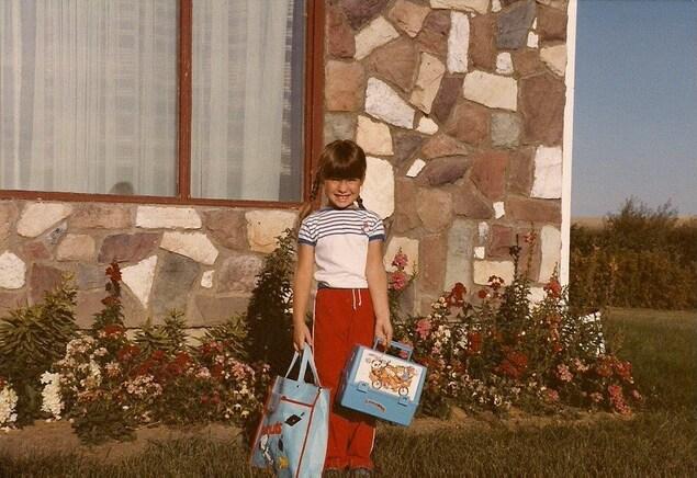 Janelle Prisciak en maternelle à l'École Providence à Vonda en 1983. Elle porte son sac et une boîte à dîner.