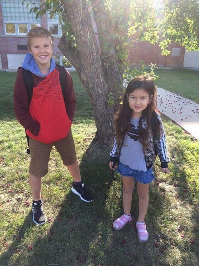 Mateo et Rose Tremonte à la rentrée 2017, devant l'École canadienne-française de Saskatoon
