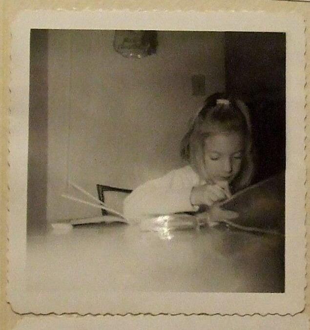 Maud Beaulieu, studieuse, attentive, en train de faire ses devoirs. En 1966, elle était en 3e année à Jonquière, Québec.