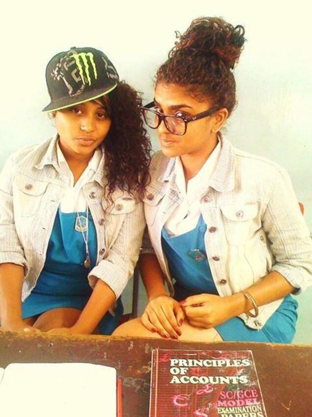 Kelly Ally et Rachel Seblin en 11e année à l'île Maurice au Collège London de Port-Louis.