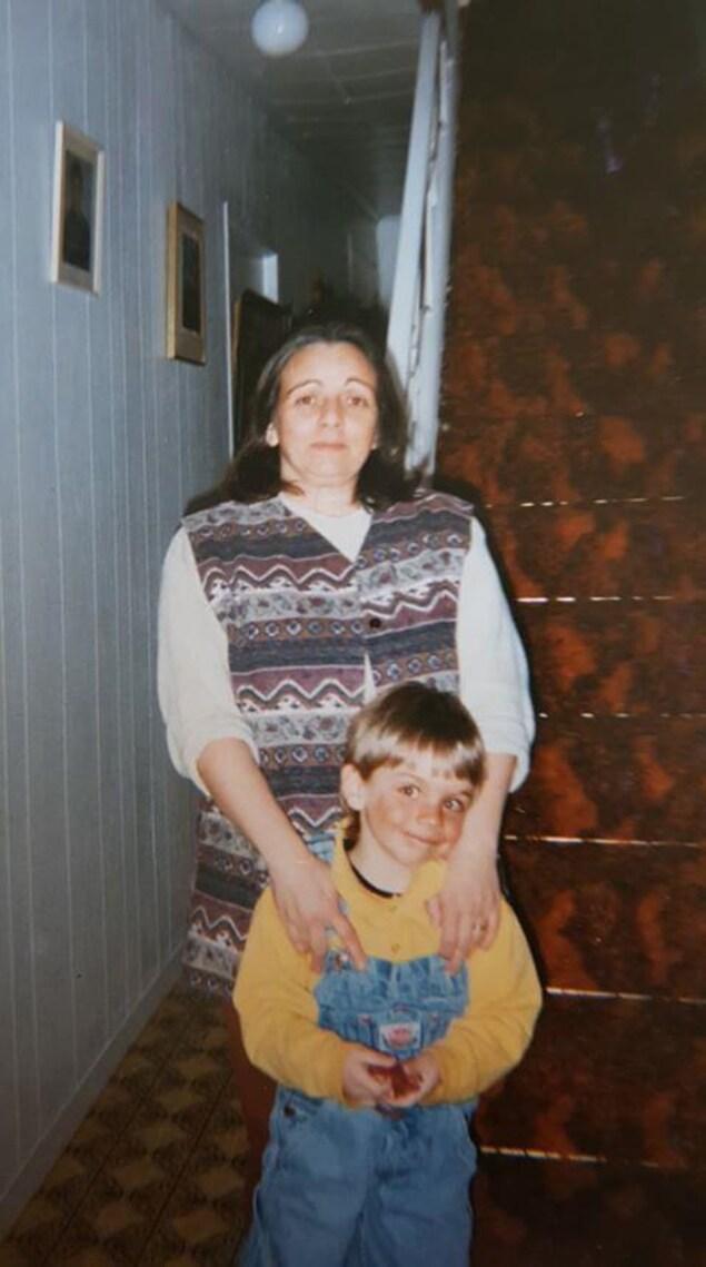 Soraya Ellert et son fils Shawn Jobin qui commençait la maternelle en 1997 à Portneuf, Québec