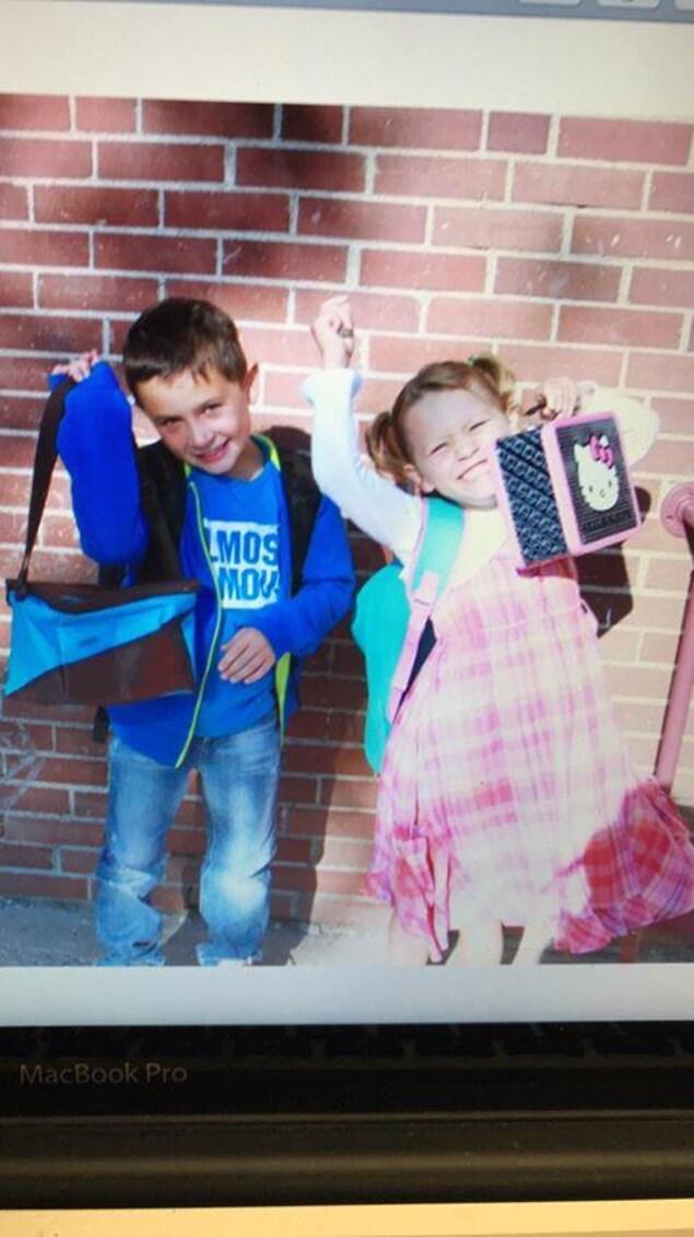 Zacharie et Fabienne Sirois lors de la première journée d'école en 2011.