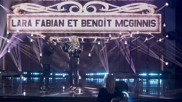 Le duo chante sur scène.
