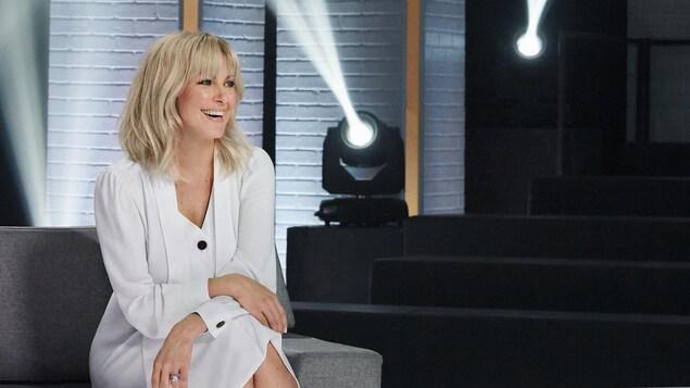 Portrait d'elle sur le plateau de son émission.