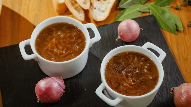 Deux bols de soupe à l'oignon.