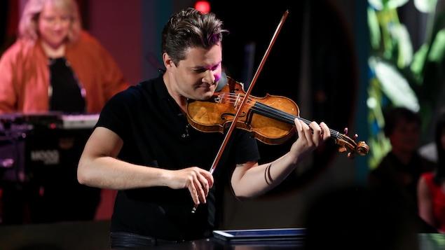 Alexandre Da Costa joue du violon.