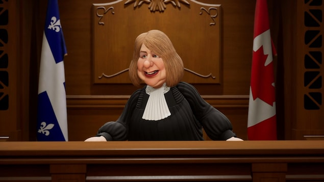 La juge est assise en cour.