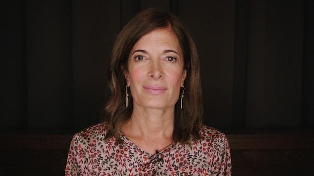 Un gros plan de la comédienne Anne-Marie Cadieux