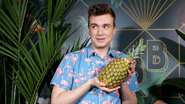 Portrait avec un ananas.