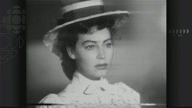 Une photo en noir et blanc de l'actrice Ava Gardner, portant un chapeau.