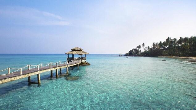 Un quai menant à un petit pavillon sur l'eau