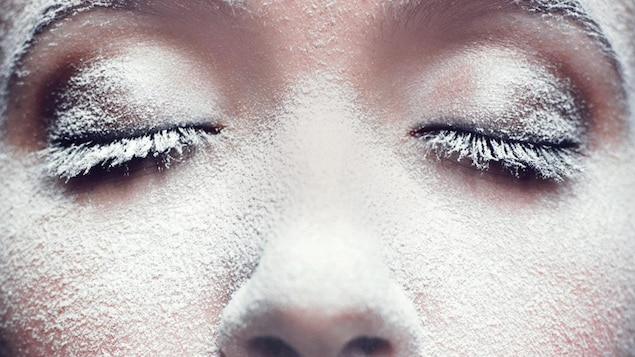 Un visage en gros plan couvert de frimas.