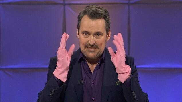 Sur le plateau de Tout le monde en parle, Guy A Lepage montre ses gants à vaisselles roses.