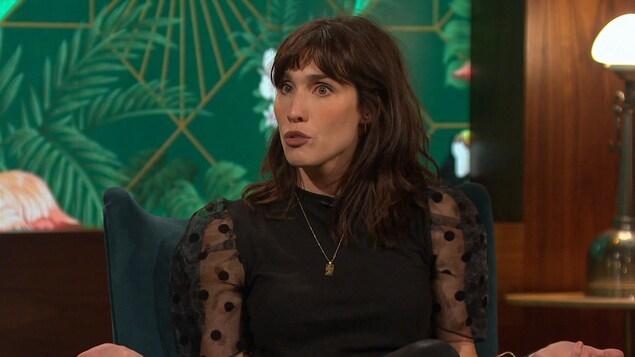 Sur le plateau de Bonsoir bonsoir!, Bianca Gervais répond à une question.
