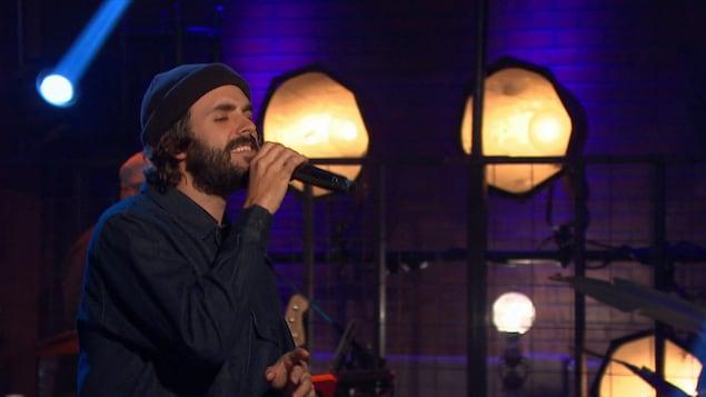 Portrait pendant qu'il chante dans un studio.