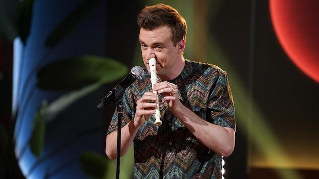 Arnaud Soly qui joue de la flute avec son nez.