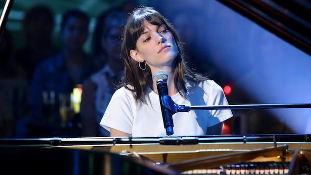 Portrait d'elle alors qu'elle joue au piano.