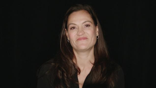 La comédienne et metteure en scène Brigitte Poupart en gros plan.