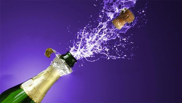 Une bouteille de champagne penchée qui s'ouvre