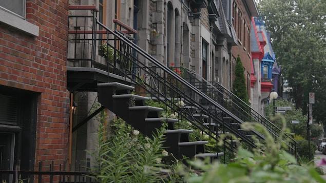 Des appartements avec escaliers extérieurs.