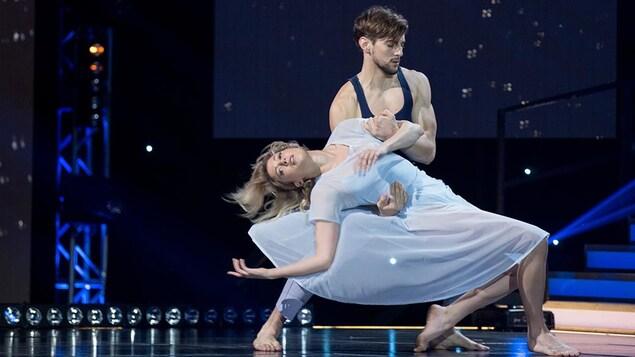 Catherine St-Laurent et Gabriel Lemire dansent un contemporain.