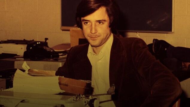 En 1978, le journaliste Charles Tisseyre est assis derrière une machine à écrire dans la salle des nouvelles.