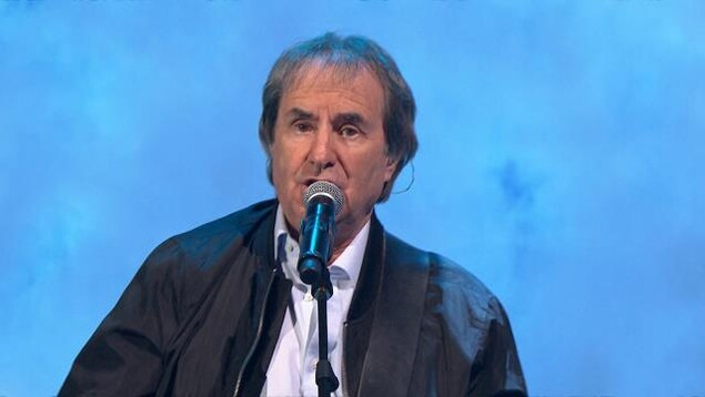 Chris de Deburgh chante sur le plateau d'En direct de l'univers.