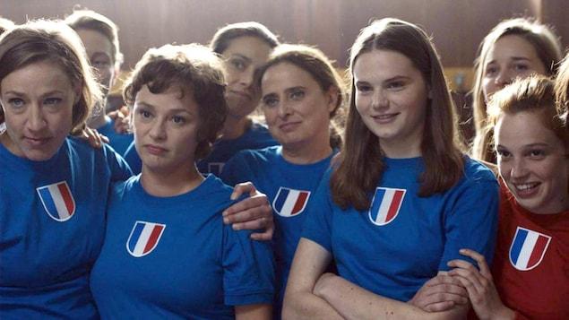 Un groupe de jeunes filles portant l'uniforme de l'équipe de France de football.