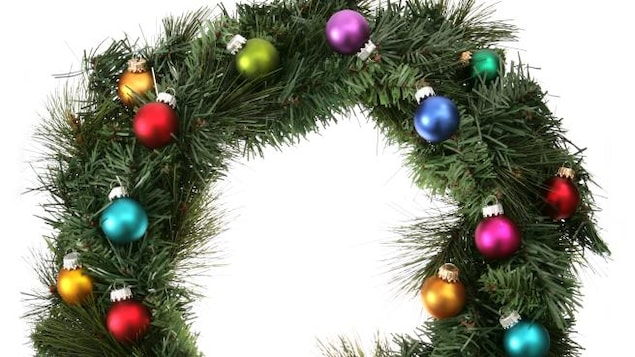 Des boules de Noël de différentes couleurs sont accrochées à la couronne