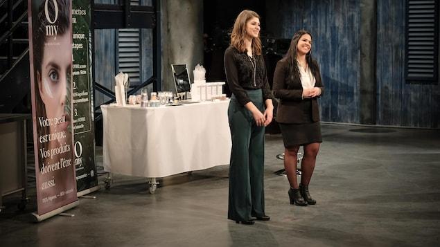 Devant une table remplie de leurs produits, Andrea Gomez et Rachelle Séguin font leur présentation.